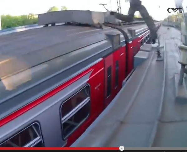 Saltare da un treno all'altro #trainsurfing #rooftoroof video